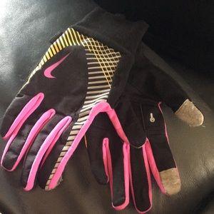 Women's Nike storm fit gloves